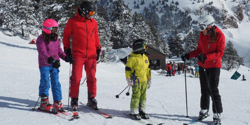 Familia esquiando en Masella / Masella